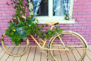 chiner un vélo vintage pour faire une jardinière décorative très tendance